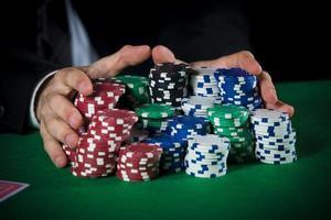 Mann Wetten auf das Casino foto