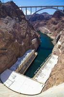 Staubsaugerdamm und Bypassbrücke in der Ferne bei Arizona-Nevada gesehen foto