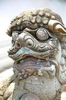 Dämon im Tempel weißes Kriegermonster foto