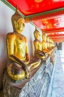 ausgerichtete Buddha-Statuen foto