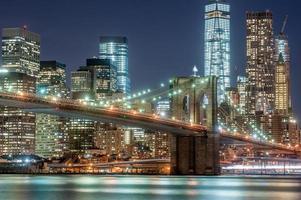 Brooklyn Bridge und New York City in der Innenstadt in der Dämmerung foto