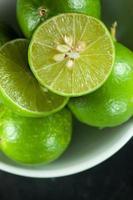 Zitronen in Scheiben schneiden foto