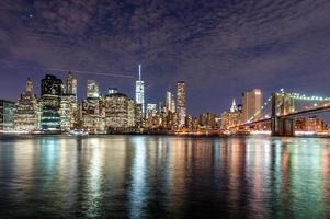 Brooklyn Bridge und NYC Downtown in der Dämmerung foto