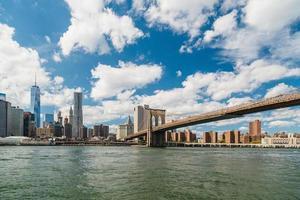 Blick auf Manhattan und Brooklyn Bridge von Fulton Ferry, Brooklyn foto
