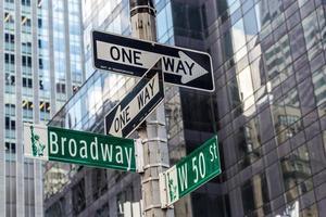 Broadway-Straßenschild nahe Zeitquadrat in New York City foto