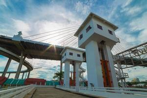 Bhumiphol Brücke und Flutweg foto