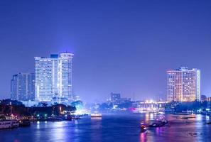Bangkok Stadtgebäude bei Nacht. Fluss in der Stadt. foto