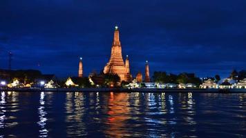 Wat Arun über Chao Phraya Fluss während des Sonnenuntergangs