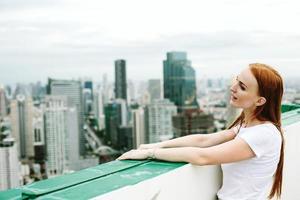 schöne Frau draußen auf dem Dach foto