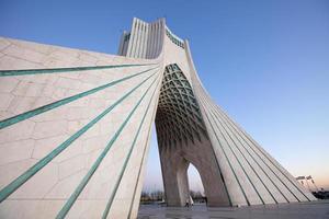 Seitenperspektive des Azadi-Denkmals in der Abenddämmerung foto