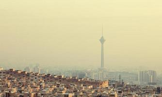Gebäude vor dem Milad Tower in der Skyline von Teheran