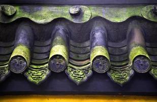 Dachziegel steht vor grünem Moos baoguang si leuchtenden Schatzbuddhisten foto