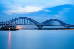 Nanjing Eisenbahn Jangtse Flussbrücke in der Abenddämmerung foto