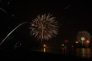 schönes Feuerwerk, das Neujahr am Strand feiert foto
