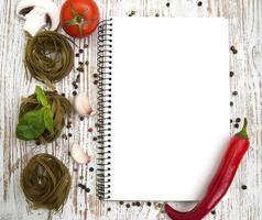 leeres Papier für Rezepte mit Zutaten foto