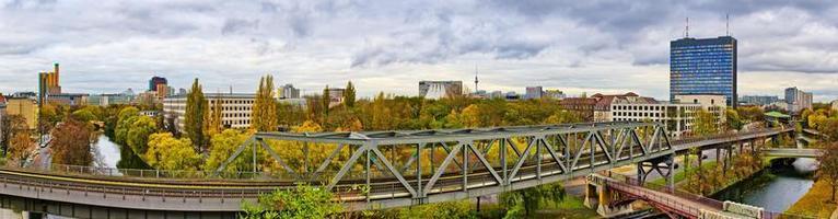 Panorama in Berlin mit Eisenbahn im ersten Flugzeug foto