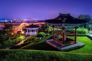 Park und Banghwa Brücke in der Nacht, Korea. foto