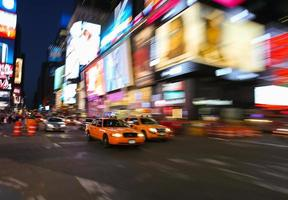 Taxis auf der 7th Avenue am Times Square in New York City foto