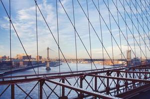 Blick auf die Manhattan-Brücke von der Brooklyn-Brücke foto