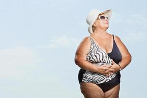 ältere Frau, die ein Schwimmkostüm trägt foto