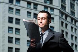 Geschäftsmann, der eine Zeitung liest foto