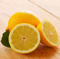 frische Zitrone isoliert.
