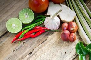 Zitrone, Zitronengras, rote Chilis und Kaffirlimettenblätter foto