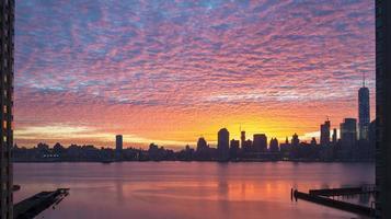 buntes verträumtes Sonnenaufgangspanorama von Manhattan von New Jersey foto
