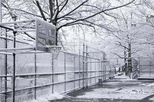Basketballplatz in New York City am Schneetag foto