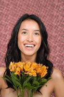 Frau hält ein paar Lilien foto