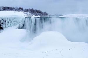 gefrorenes Hufeisen fällt im Winter