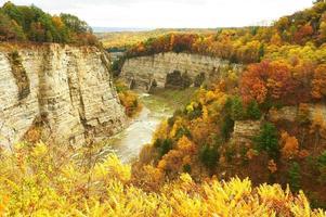 Herbstszene von Wasserfällen und Schlucht foto