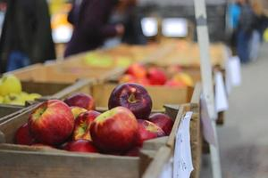 Kiste mit Äpfeln auf dem Bauernmarkt am Sonntag foto