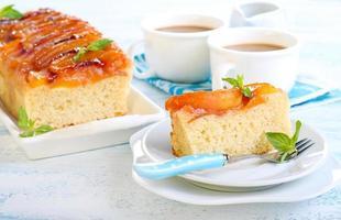 Pfirsich auf dem Kopf Kuchen foto