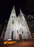 st. Patrick's Kathedrale in der Nacht foto