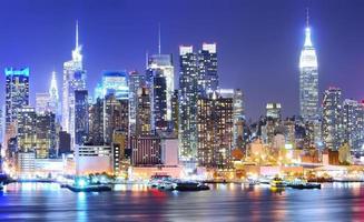 Manhattan Skyline in der Nacht. foto