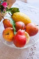 Obstteller auf dem Tisch foto
