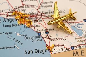 Flugzeug über Karte foto