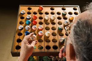 Bingo-Anrufer bei der Arbeit foto