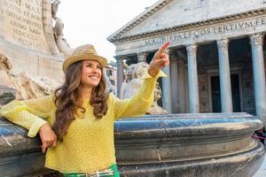 Frau zeigt in der Nähe Brunnen des Pantheons in Rom, Italien