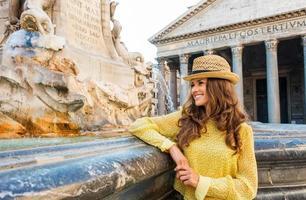 glücklicher weiblicher Tourist, der durch den Pantheonbrunnen in Rom steht