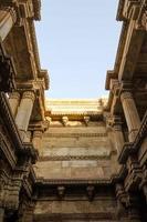 Sonnenlicht von Adalaj Stepwell in Ahmedabad foto