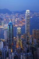 Hong Kong Skyline Hafen in der Dämmerung vertikal beleuchtet foto