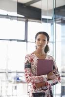 Geschäftsfrau mit Aktenordner im Büro foto