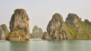 Kalksteinaufschlüsse - Halong Bay, Vietnam foto