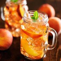 Gläser gefüllt mit süßem Pfirsich-Tee foto