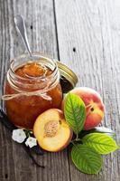 Vanille-Pfirsich-Marmelade in einer Schüssel foto