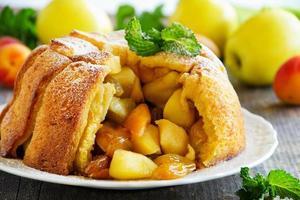 französischer Brotapfelkuchen mit Äpfeln und Pfirsichen. foto