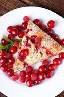 Draufsicht auf einzelne Portion Obstkuchen