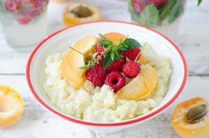 Haferflocken mit Beeren und Früchten foto